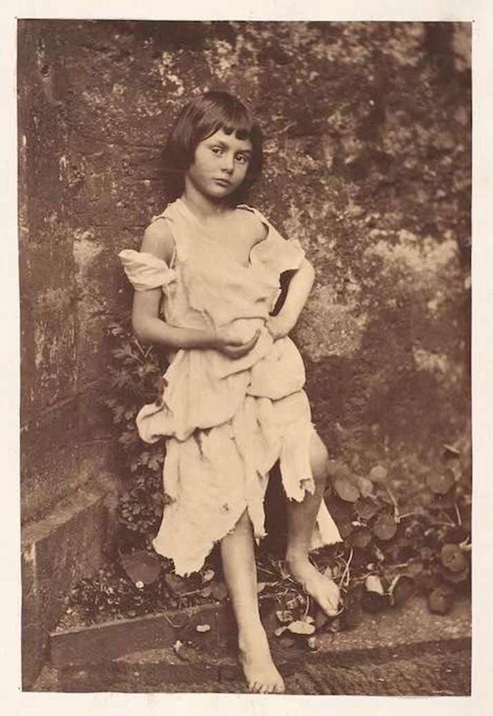 Alice Liddell ca o micuță cerșetoare